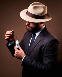 Mężczyzna trzymający olejek do brody