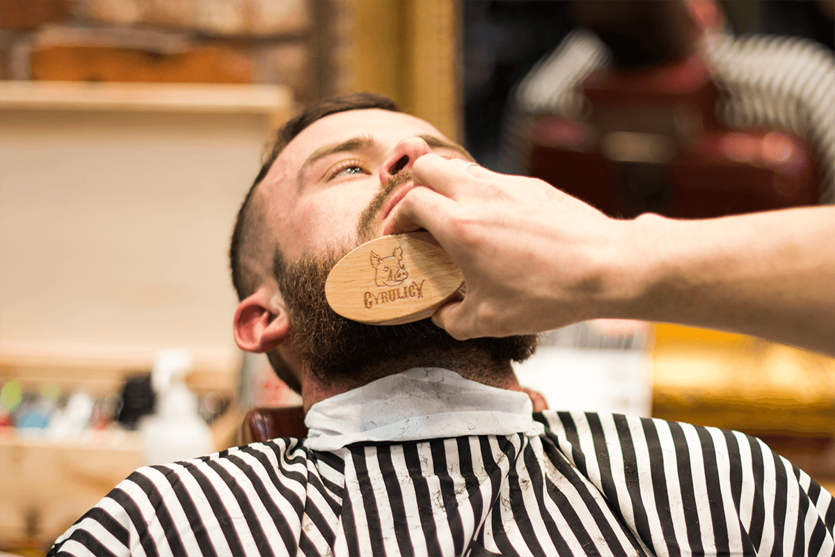 szczotka do brody z dzika w barbershopie