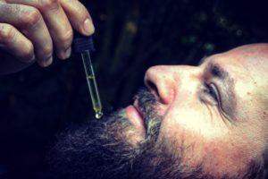 pielęgnacja brody poprzez używanie olejków do brody
