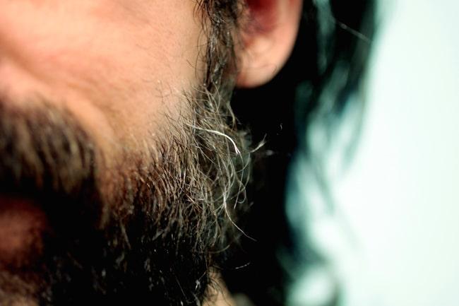 łamiące się włosy na brodzie